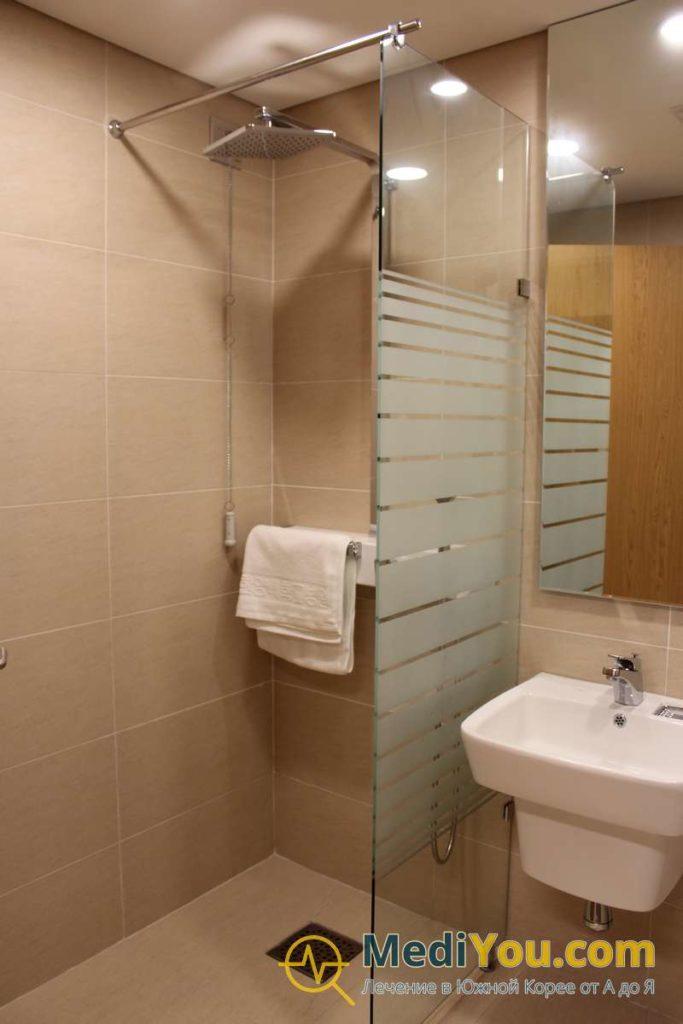 ВИП палата - душевая комната